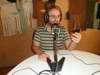 Roger Casero als estudis de Ràdio Sarrià. Foto: Ràdio Sarrià